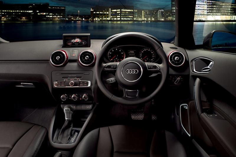 LEDインテリアライトパッケージやMMI 3G+ナビゲーションパッケージなどで装備を充実させたAdmired plusの車内。ボディー同色のエアコン吹き出し口が内装のアクセントになる