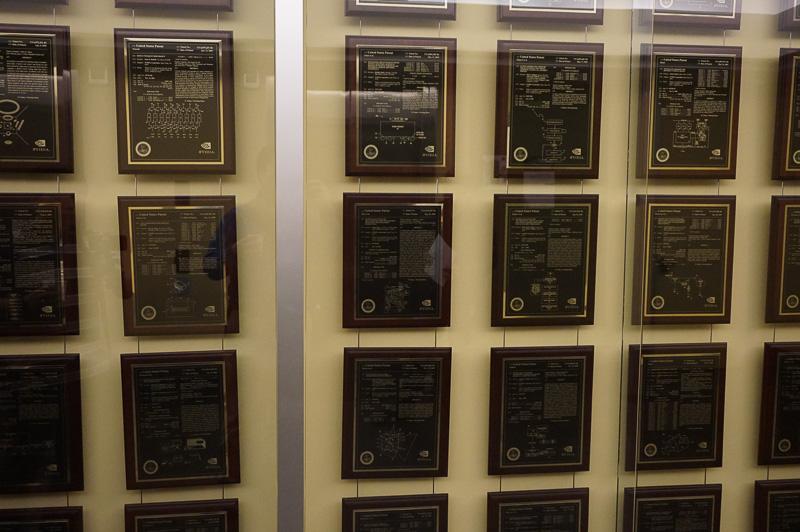 社内の壁に貼られている米国特許のレリーフ