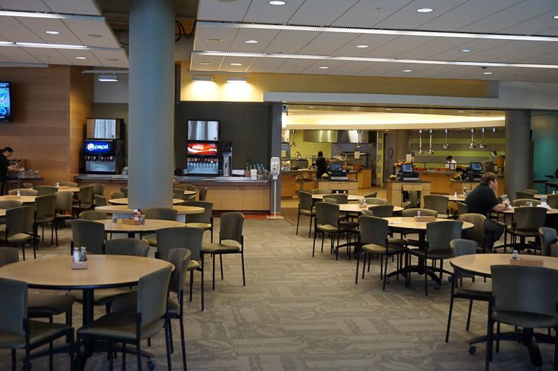 社内食堂も完備され、Nth Street Cafeという名称までついている