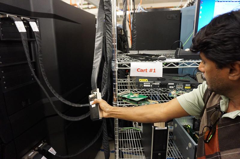 この黒いケーブルはPCI Express相当のケーブル。これをPCI Expressの拡張カードに接続する