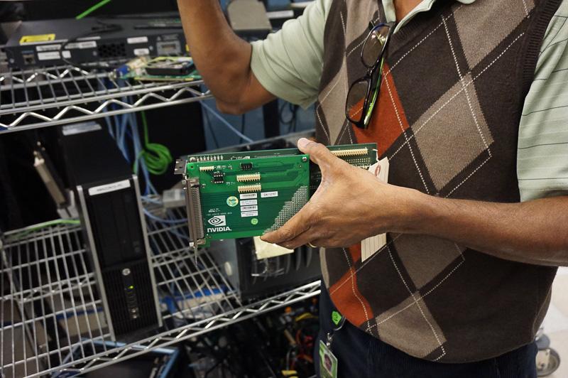 このカードがPCの内部に入っていて、PCI Express経由でCPUと接続され、シミュレータ全体がビデオカードとして動作するようになる