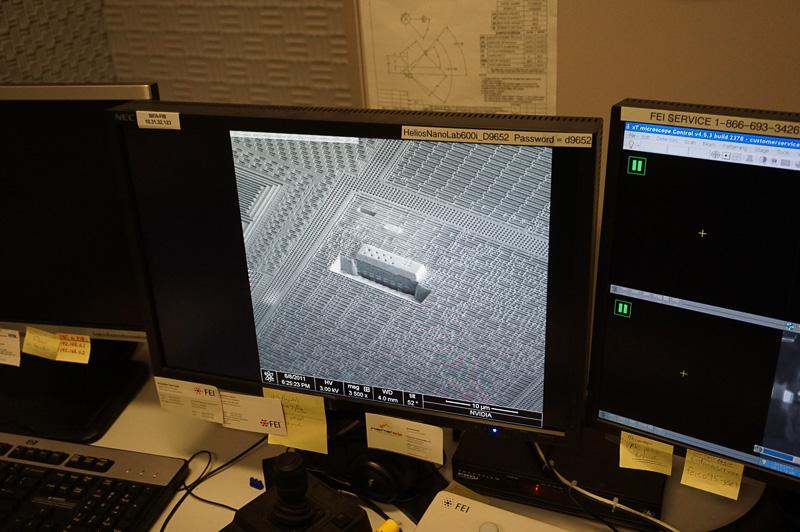 電子顕微鏡で半導体の内部を見ているところ