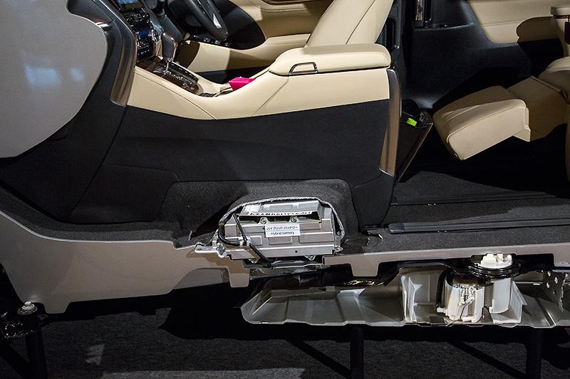 ハイブリッドモデルのバッテリー搭載位置は20系と変わらずフロントシート下部だが、形状最適化によりセンターコンソールボックスの収納量と実用性は格段に向上していた