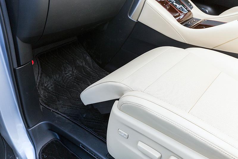 20系から変わらず、助手席電動オットマンが装備されている。新型はホイールベース拡大効果で電動シートの前後スライド幅が大きくなり、オットマンを上げた状態でも足下の余裕が増えていた