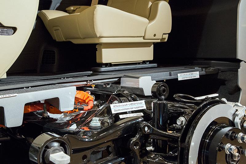低床フロアにダブルウイッシュボーンサスと、リアハイブリッドモーターまたはガソリン車4WD機構を格納しつつ、ダンパーも寝かさずキッチリ倒立形状で性能を引き出している