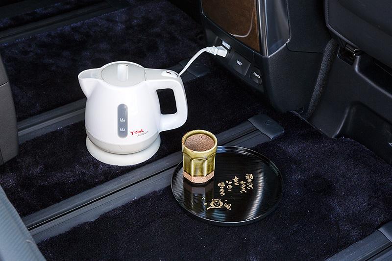 せっかくなので試乗会場に電気ケトルと湯飲み茶碗とお盆を持ち込んでみた。標準状態でAC100V 1500Wの電力を供給できるハイブリッド車はやっぱり便利(ロケ地:神奈川県 みなとみらい)