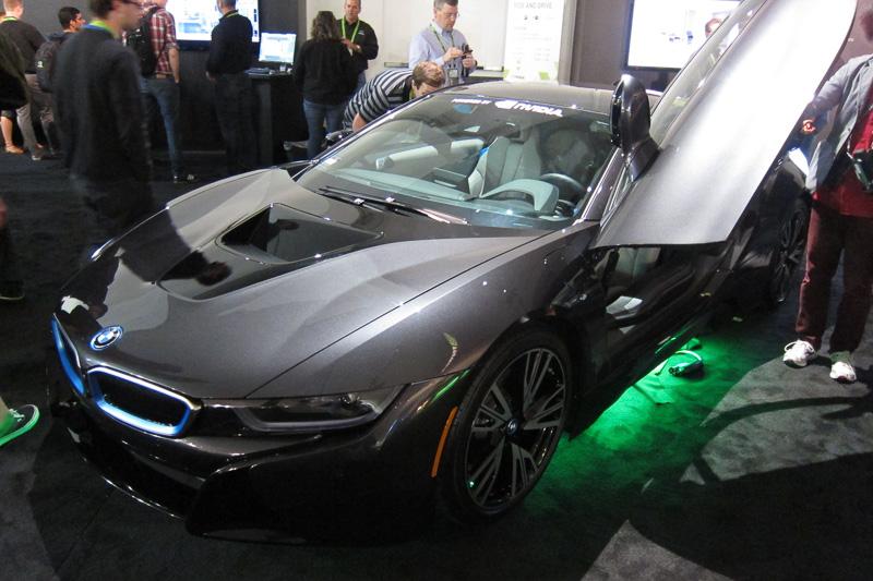来場者に大人気のBMW i8。こちらはNVIDIAスタッフがi8にデジタルメーターパネルを取り付けたスペシャルカーで、持ち主は社長兼CEOのジェン・スン・フアン氏。取り付け担当者は、上司のクルマをいじくるだけにとても緊張したとのこと