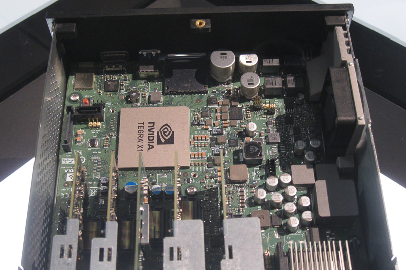 Tegra X1を1基搭載するDRIVE CX。車載開発がしやすいよう、DC12Vで駆動でき、1DINサイズのケースに納められている