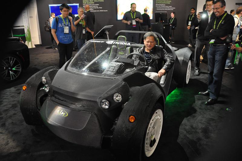 NVIDIAの展示ブースを見ていると、突然NVIDIA共同創設者、社長兼CEOジェン・スン・フアン氏が登場。3Dプリンタで作られたクルマに乗り込むなど、自社のブース展示を楽しんでいた
