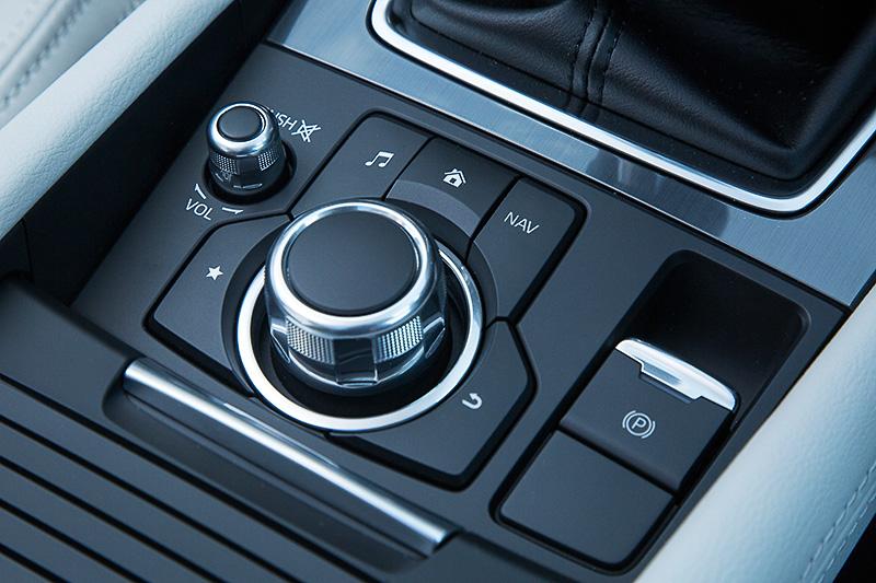 マツダ コネクトのコマンダーコントロール。新たに電動パーキングブレーキ(EPB)を全車に標準装備した
