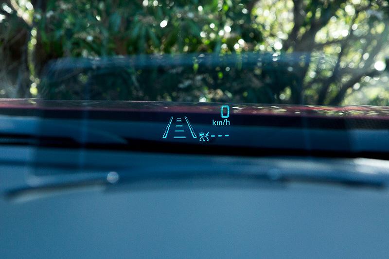 メーターフード前方に新設されるアクティブ・ドライビング・ディスプレイ。車速や先進安全装備の情報などを表示する