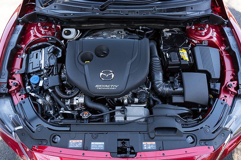 直列4気筒DOHC 2.2リッター直噴ディーゼルターボエンジンは、最高出力129kW(175PS)/4500rpm、最大トルク420Nm(42.8kgm)/2000rpmを発生。燃料タンク容量(軽油)は52L、JC08モード燃費は20.4km/Lをマークする