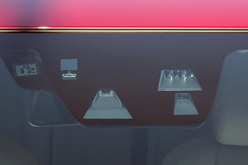 刷新されたエクステリアデザイン。フロントまわりでは水平基調を強めたフィンデザイン、より立体的な造形のシグネチャーウィングを採用。今回の大幅改良では先進安全技術「i-ACTIVSENSE(アイ・アクティブセンス)」もブラッシュアップされ、走行中の車線から逸脱しそうになった際にステアリングを振動させてパワステの操舵トルクをアシストする「レーンキープ・アシスト・システム(LAS)」、高速走行時に休憩をうながす「ドライバー・アテンション・アラート(DAA)」をマツダ車として初採用