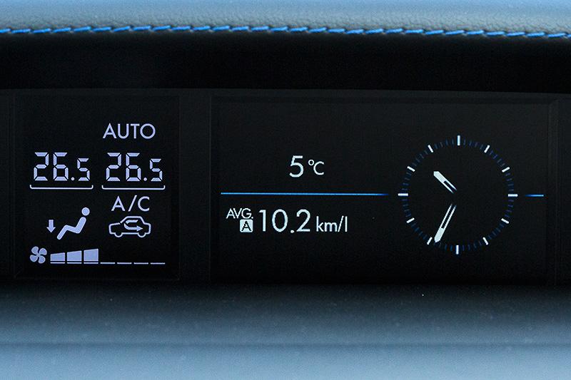 マルチファンクションディスプレイの表示例。燃費情報、VDCの作動状態、ブースト圧などを確認できる