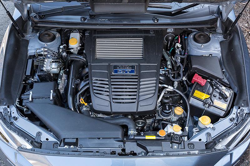 レヴォーグが搭載する水平対向4気筒DOHC 2.0リッター直噴ターボエンジンは、最高出力221kW(300PS)/5600rpm、最大トルク400Nm(40.8kgm)/2000-4800rpmを発生。燃料タンク容量(無鉛プレミアム)は60L、JC08モード燃費は13.2km/Lとなっている