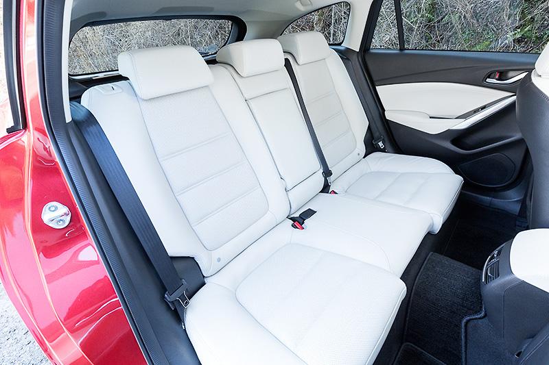フロントシートに高振動吸収ウレタンを、リアシートに低振動吸収ウレタンを採用して不快な振動を抑制。ホールド性やフィット感も高められている