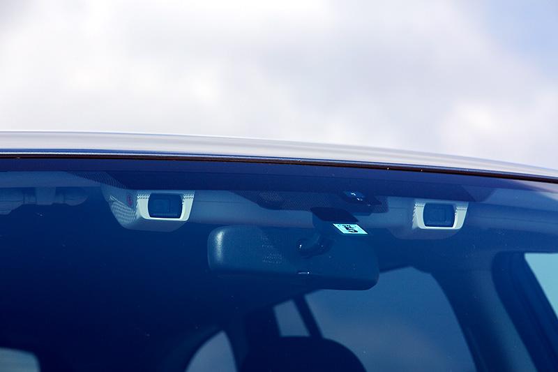 「EyeSight(ver.3)」を採用。ステレオカメラは約40%の望遠化、約40%の広角化によって全車速域で制御の精度向上・安定化が図られた。さらに処理画像を従来のモノクロからカラーに変更するなどし、自車と前方車との衝突回避が可能な相対速度はEyeSight(ver.2)では約30km/h以下だったところ、約50km/h以下に拡大されている