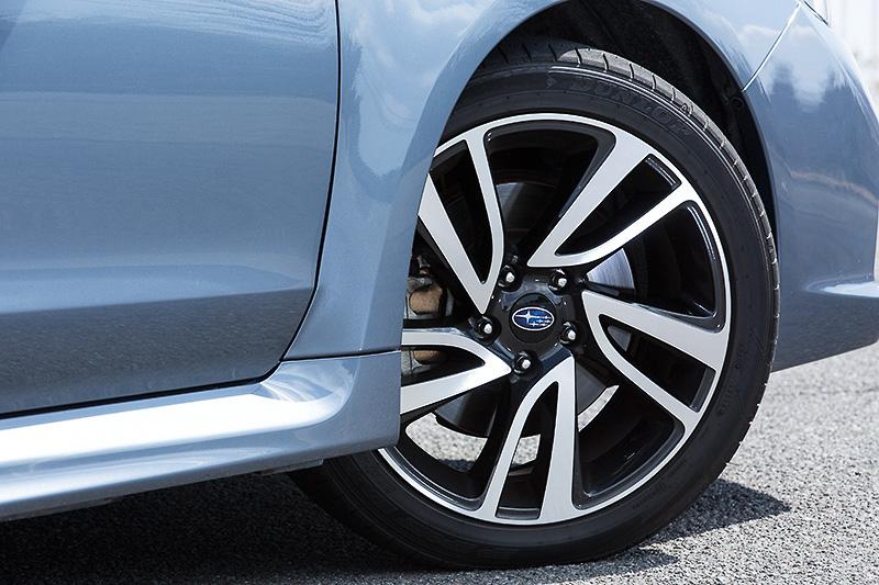 「Sグレード」の足まわりは専用18インチアルミホイール(タイヤサイズ:225/45 R18)、ビルシュタイン製ダンパー(フロント倒立式)、アルミ鍛造製フロントロアアーム(ピロボールブッシュ付)を組み合わせるスポーティな仕上がり