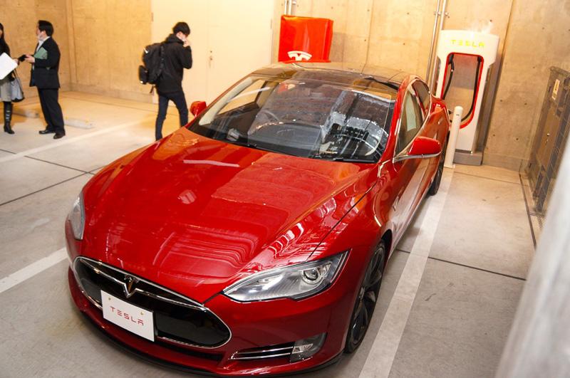 地下駐車場にある充電ステーションでホテルスタッフが充電をしてくれる