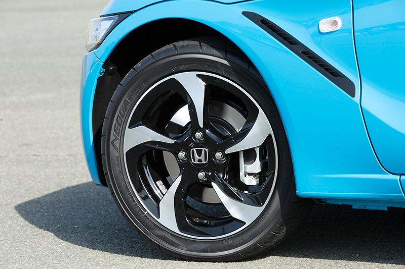 αのアルミホイール。フロントのタイヤサイズは165/55 R15。ブレーキは前後φ260のディスクローターを採用
