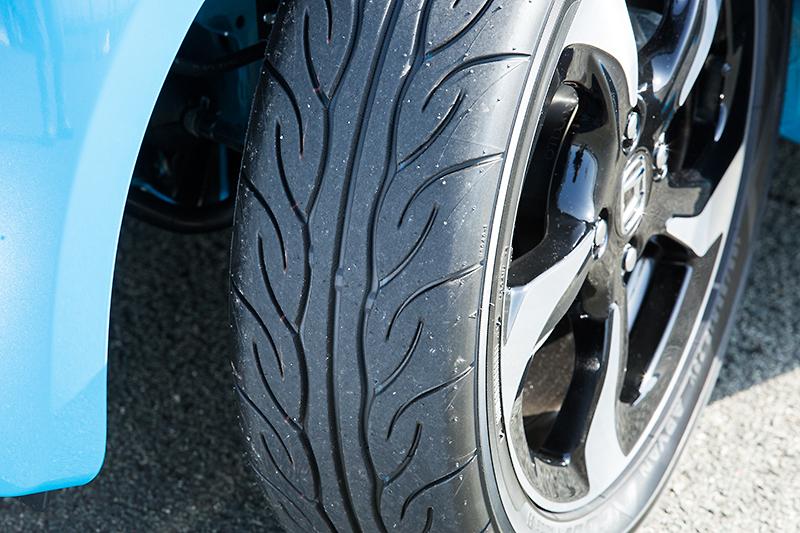 タイヤは専用コンパウンドを採用したヨコハマ ADVAN NEOVA AD08R