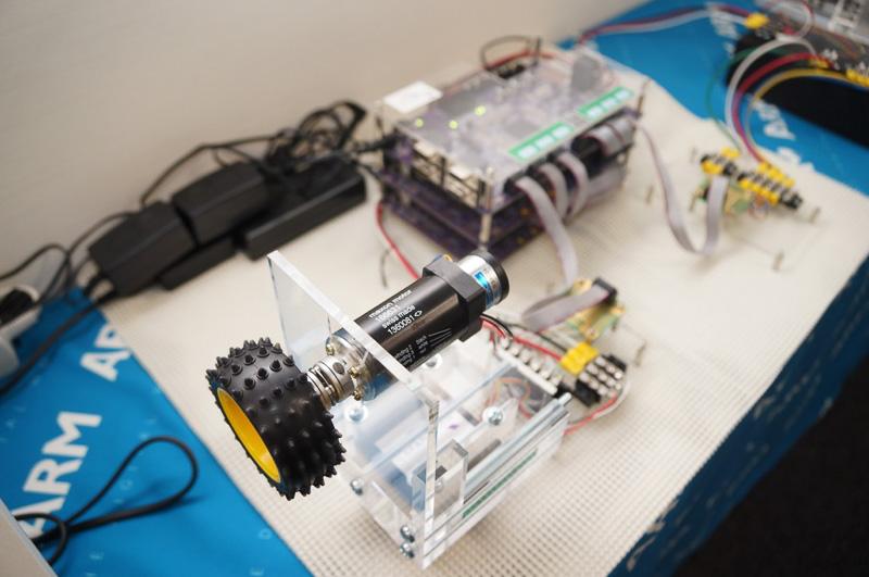 会場ではツインモーター採用のハイブリッド車を制御するARM搭載のMCUで模型のデモを行った