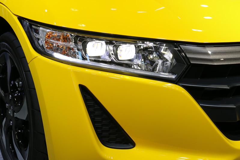 ライトユニットにLEDヘッドライト+LEDポジションランプ(導光タイプ)を全車標準装備