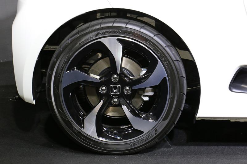 タイヤはヨコハマタイヤ(横浜ゴム)のADVAN NEOVA AD08Rを採用し、サイズはフロント(右)が165/55 R15 75V、リア(左)が195/45 R16 80W