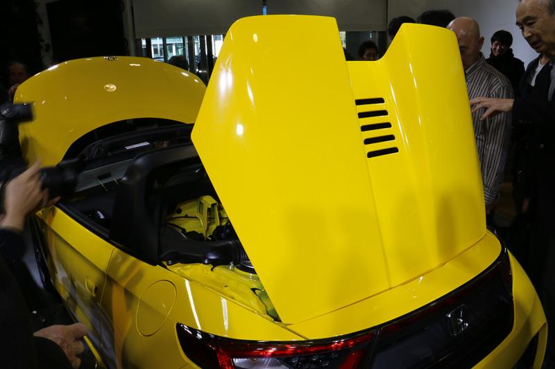 リアフードは車両後方側にヒンジを設定する。中央のスリットはエンジンルームの廃熱用