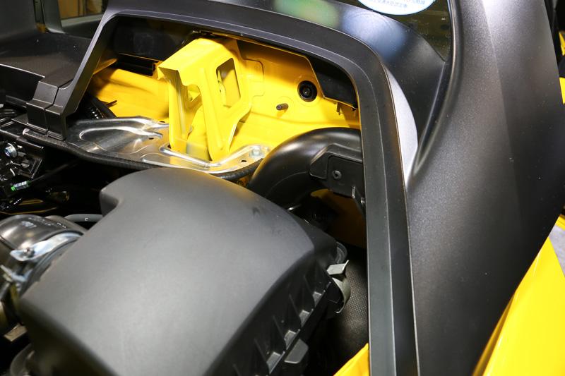 運転席側はパイプをエンジン前方下側まで伸ばし、ターボチャージャーと排気系パーツを冷却