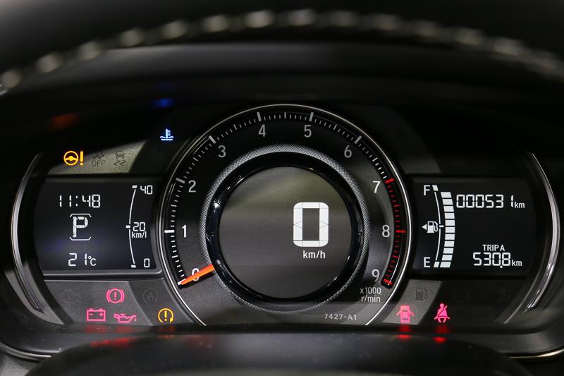 メーターパネルはホンダ軽自動車初のデジタルメーターを備える大型1眼式コンビネーションタイプ