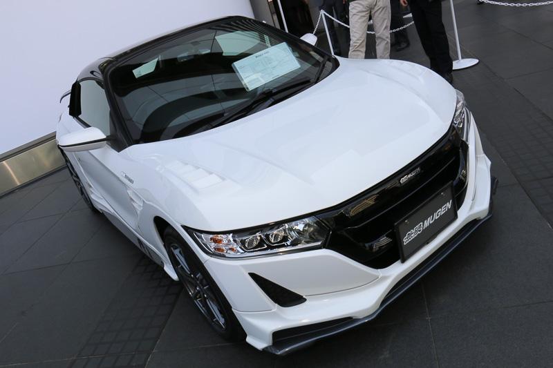 「フロントアンダースポイラー」は車体色+ダークガンメタリックの2トーンカラード仕上げ。フロントバンパーの上から被せて装着する