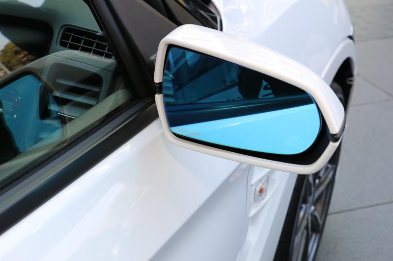 ブルー鏡面で太陽光のまぶしさを抑え、親水性で広角タイプの「ハイドロフィリックミラー」