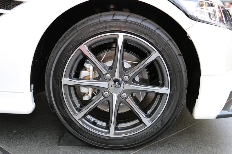 「MD8」アルミホイールは、フロントのみ純正サイズの5Jから5 1/2Jサイズにワイド化。タイヤを引っ張って設置面積を広げ、フロントタイヤの応答性やグリップ力を引き上げる