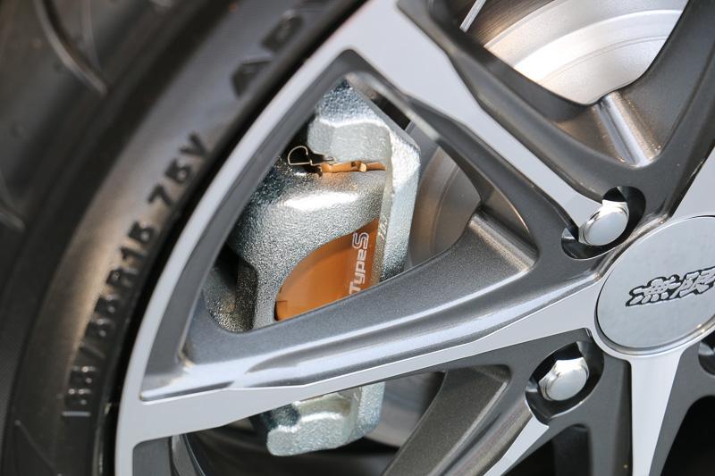 スポーツ走行時に求められる耐フェード性能と制動力のコントロール性を両立させる「タイプ スポーツ」ブレーキパッド。「ブレーキローター」もスリット入りを用意する