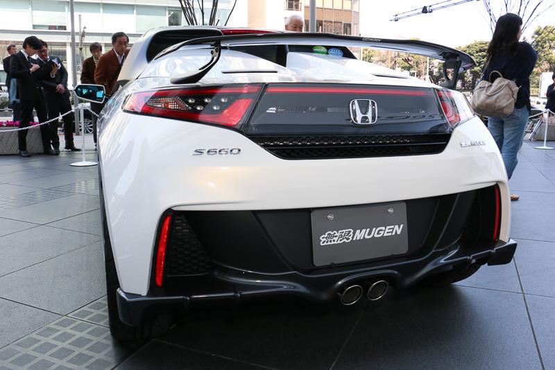 純正マフラーと「無限スポーツマフラー」に両対応する「リアアンダースポイラー」。ディフューザータイプのデザインとなっている