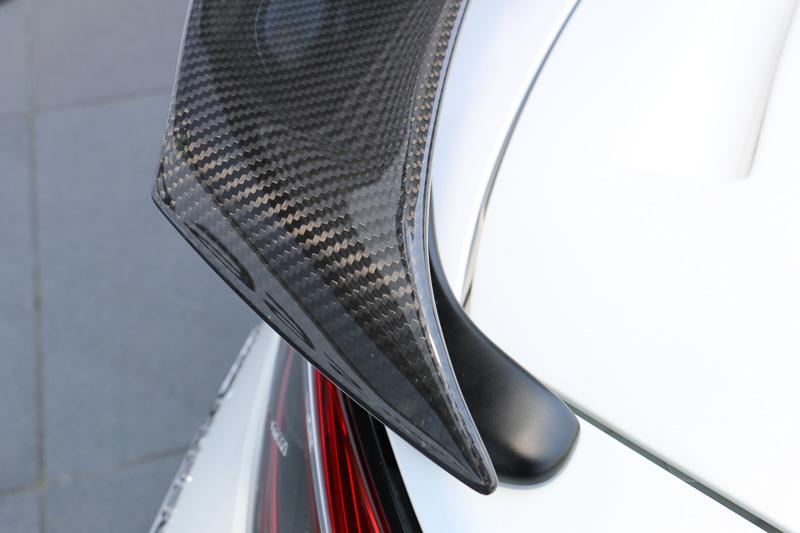 ドライカーボンを採用した「可変式リアウイング」は角度を2段階に調整可能。S660のボディーに合わせた複雑な形状をしている