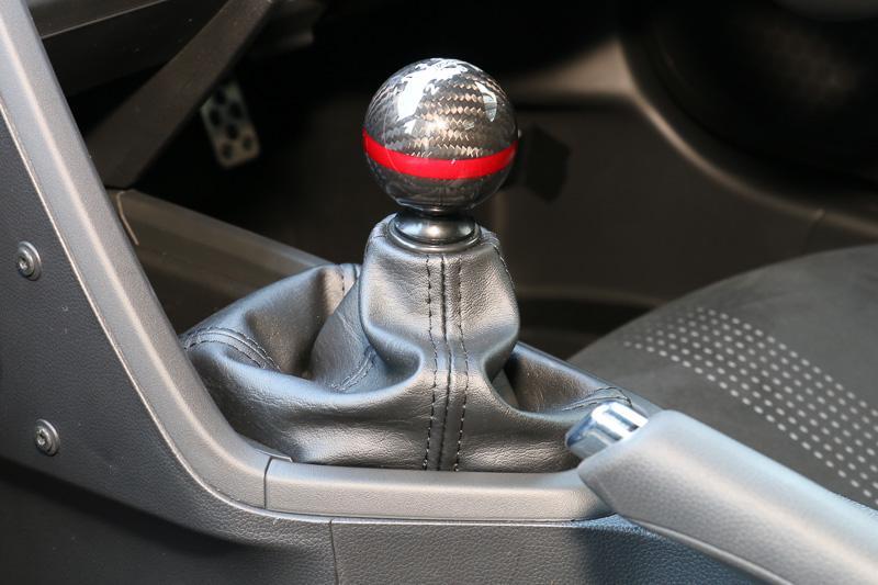 「カーボンシフトノブ」のほか、位置をドライバーよりにして剛性も高める「クイックシフター」も開発。さらなるショートストローク化でスポーツ走行に最適化している