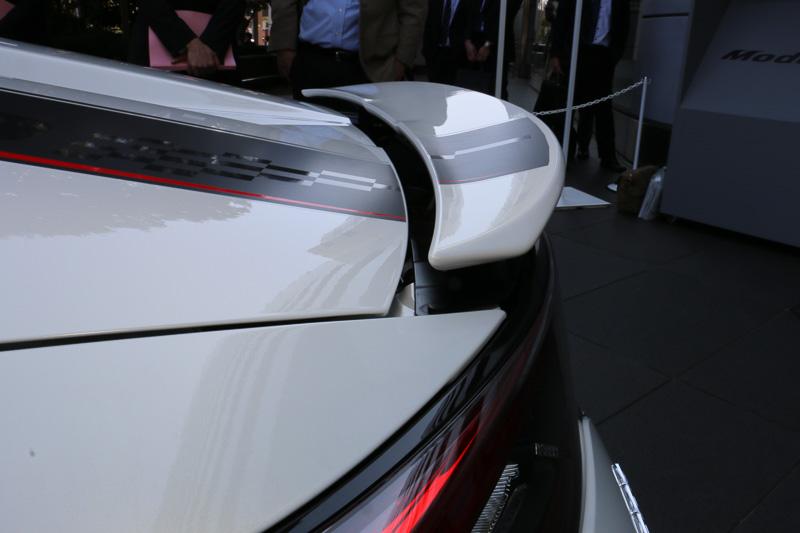 運転席のスイッチ操作、または車速が約70km/hになると自動的に上昇し、安定感と旋回フィーリングを高める。リフト量は中央部分の最大値で約30mm