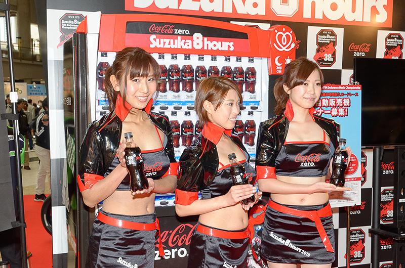 鈴鹿8耐デザインとして、コカ・コーラ ゼロカラーの真っ黒な自動販売機を設置する