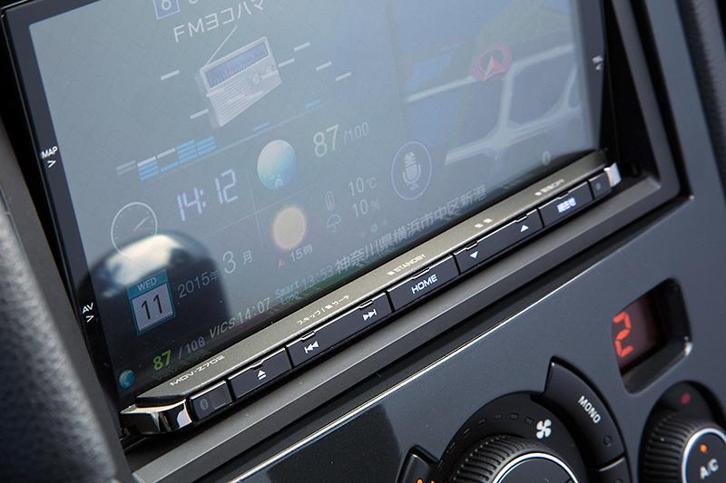 モニター下部の画面に加え画面のフチから中央に向けてドラッグすることでメニュー表示ができる