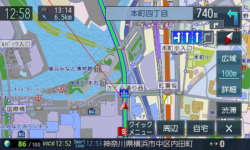 ルート案内中の画面。右左折表示のない交差点でもレーンガイドがあるのは嬉しい