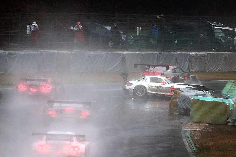 朝のフリー走行、22号車がアトウッド手前の高速コーナーでクラッシュ。水煙で見通しのわるいポイントだが後続は間一髪接触を避けた。22号車は決勝への出走はできなかった