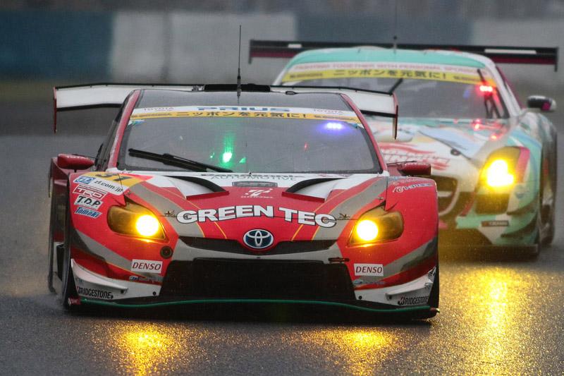 31号車 TOYOTA PRIUS apr GT(嵯峨宏紀/中山雄一)がGT300優勝を獲得。序盤でトップに立つと2位以下を大きく引き離して独走で優勝した