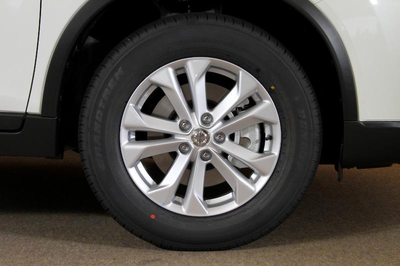 ガソリン車の20X系と共通の17インチアルミホイール(17×7J)を装備するが、ハイブリッド専用の低転がり抵抗タイヤを組み合わせる