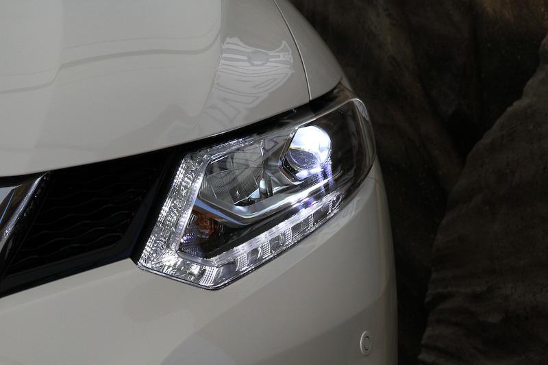 エクストレイル ハイブリッドはLEDヘッドライトを標準装備する