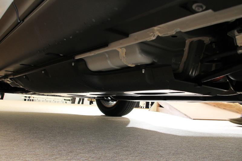 エクストレイル ハイブリッドではフロア下に空力性能を向上させるパーツを装着する。さらにエクストレイル ハイブリッドはフロントとリアにスタビライザーを標準装備する(ガソリン車はフロントのみ)
