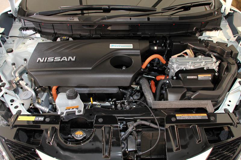 エクストレイル ハイブリッドが搭載する直列4気筒DOHC 2.0リッター直噴「MR20DD」エンジンは最高出力108kW(147PS)/6000rpm、最大トルク207Nm(21.1kgm)/4400rpmを発生。「RM31」モーターは最高出力30kW(41PS)、最大トルク160Nm(16.3kgm)を発生する。JC08モード燃費は2WD車が20.6km/L、4WD車が20.0km/Lをマーク。4WD車で20.0km/Lを超えることが目標だったという