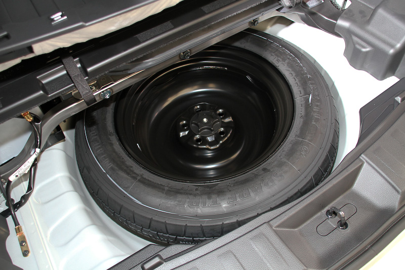 ラゲッジ下にタイヤ補修キットではなくスペアタイヤを配置