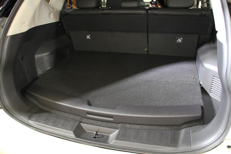 ラゲッジスペース下にリチウムイオンバッテリーを搭載するため、ハイブリッド車では約40mmほど底上げされる形状になっているが、ラゲッジ容量は430Lを確保する